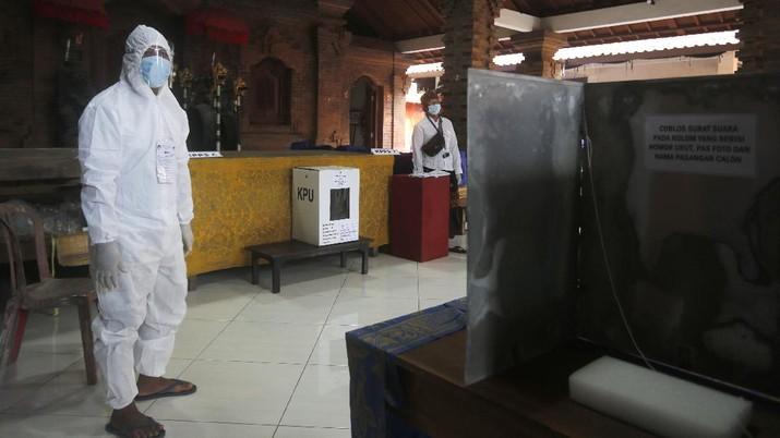 Petugas berjaga di Pilkada. (AP/Tatan Syuflana)