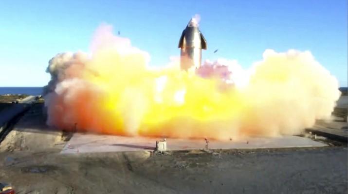Roket SpaceX meledak saat mendarat usai uji terbang. (AP/Miguel Roberts)