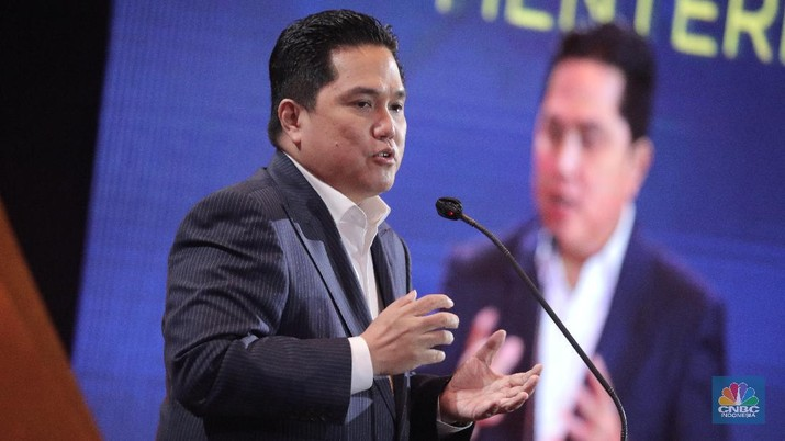 Menteri Badan Usaha Milik Negara RI (BUMN) Erick Thohir dalam acara CNBC Indonesia Award 2020 Indonesia dengan tema Menyongsong Bangkitnya Ekonomi Indonesia 2021. (CNBC Indonesia/Muhammad Sabki)