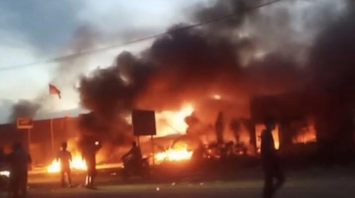 Massa buruh rusak dan bakar smelter nikel virtue dragon saat melakukan aksi unjuk rasa, senin (14/12/2020) di kecamatan morosi, kabupaten konawe, sulawesi tenggara. (Tangkapan Layar)