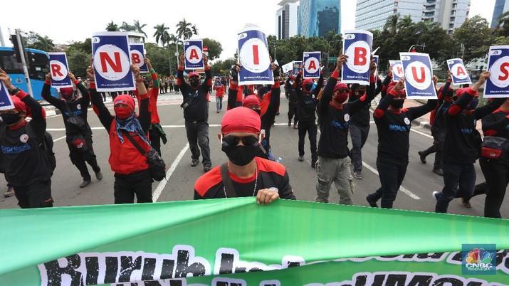 Massa aksi Konfederasi Serikat Pekerja Indonesia (KSPI) menggelar aksi lanjutan menolak Undang - Undang Nomor 11 tahun 2020 tenatang cipta kerja di Patung Kuda, Jakarta Pusat, Rabu (16/12/2020). (CNBC Indonesia/Tri Susilo)
