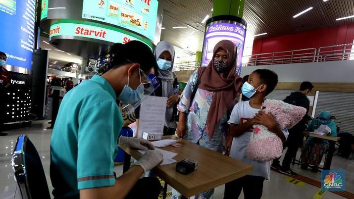 Pemudik terlihat memadati stasiun Gambir, Jakarta Pusat, Kamis (17/12/2020). Mendekati hari Natal dan Tahun baru (NATARU) pemudik pulang ke kampung halaman lebih dulu. (CNBC Indonesia/Tri Susilo)