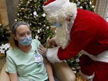 Pake Kostum Santa, Dokter Ini Suntik Vaksin Petugas Kesehatan
