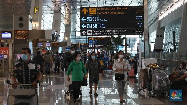 Calon penumpang berjalan di Terminal 3 Bandara Soekarno Hatta, Tangerang, Banten, Jumat (18/12/2020). PT Angkasa Pura II (Persero) memprediksi lalu lintas angkutan udara sebanyak 2,1 juta penumpang pada periode angkutan Natal dan Tahun Baru 2021. (CNBC Indonesia/Andrean Kristianto)