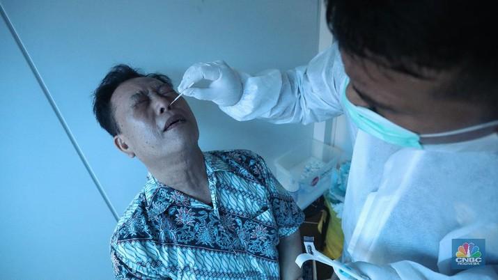 Sejumlah penumpang mengantre untuk melakukan pemeriksaan kesehatan Rapid Antigen dan Swab PCR di Terminal 3, Soekarno Hatta, Jumat (18/12/2020).  (CNBC Indonesia/Andrean Kristianto)
