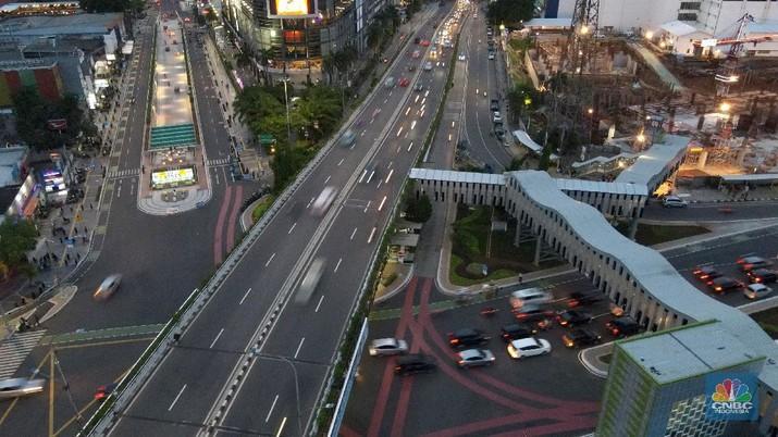 Tampak suasana lalu lintas Simpang Senen yang terlihat warna-warni di Kawasan Senen, Jakarta, Rabu (16/12/2020). Revitalisasi kawasan tersebut guna merubah stigma kumuh menjadi modern dan ramah pejalan kaki. (CNBC Indonesia/ Andrean Kristianto)