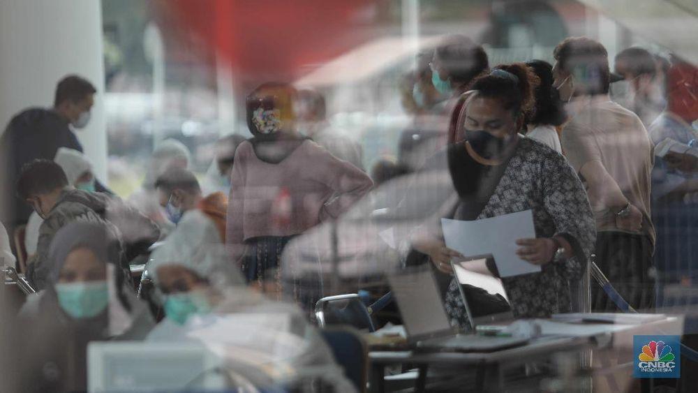 Antrean calon penumpang pesawat yang melakukan test rapid  di Shelter Kalayang Terminal 2 Bandara Soekarno-Hatta, Senin (21/12/2020). Antren panjang ini terjadi karena banyak penumpang yang ingin melakukan rapid test antigen yang disediakan pihak bandara. Terminal 2 Bandara Soekarno Hatta sempat ramai tadi pagi. Antrean mengular karena antrean rapid test penumpang. Pantauan CNBC pukul 11.30 terlihat antrian namun sudah kondusif. Sejumlah calon penumpang yang menunggu di luar area ruang test bisa duduk. Jelang liburan Natal dan akhir tahun, pemerintah menerapkan syarat minimal berupa hasil tes rapid antigen bagi traveler yang mau bepergian naik kereta api, pesawat terbang hingga kendaraan pribadi. (CNBC Indonesia/ Muhammad Sabki)