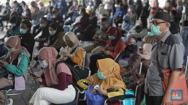 Calon penumpang Kereta Api mengantre untuk melakukan rapid test antigen di Stasiun Gambir, Jakarta Pusat, Selasa (22/12/2020). Akibatnya terjadi antrean panjang.PT KAI mewajibkan setiap pengguna jasa kereta api jarak jauh di Pulau Jawa untuk menunjukkan hasil negatif Covid-19 berdasarkan pemeriksaan rapid test antigen sebagai syarat untuk naik kereta api. (CNBC Indonesia/ Muhammad Sabki)