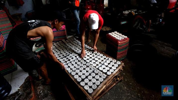 Sejumlah pekerja menata adonan kerupuk ikan dikawasan Jakarta, Selasa (22/12/2020). Pandemi Covid membuat pengusaha kerupuk ikan terkena imbas penurunan pemasukan omset 70% selama pandemi. (CNBC Indonesia/Tri Susilo)  Elfin Owner  (35) merasakan dampak dari pandemi Covid, penurunan langaung drastis 100 % terhitung mulai bulan Maret, April, Mei dan Juni. Sebelum pandemi pemasukan sehari mencapai Rp.15 juta sedangakan setelah masuknya Covid dan penerapan PSBB penurunan langsung ke angka 3 juta per harinya.  Sebelum pandemi karyawan di pabrik kerupuk ikan ini mencapai 50 orang, karena adanya pembatasan dan mengurangi kerumunan hanya mempekerjakan 25 orang.  Produksi kerupuk ikan Erna Jaya menyuplai ke wilayah jabodetabek.  (CNBC Indonesia/ Tri Susilo)