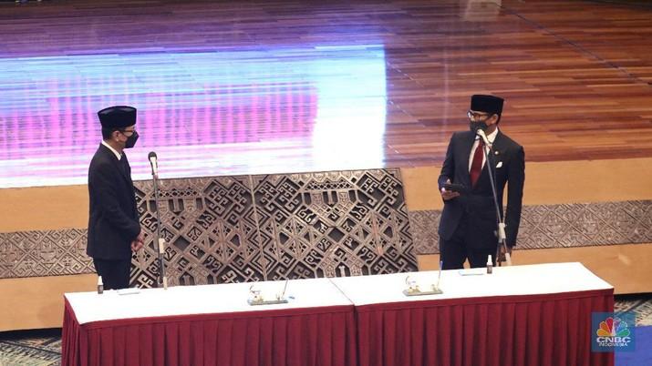 Upacara serah terima jabatan Menteri Pariwisata ke Menteri Pariwisata dan Ekonomi Kreatif dari Wishnutama ke  Sandiaga Uno. (CNBC Indonesia/Tri Susilo)