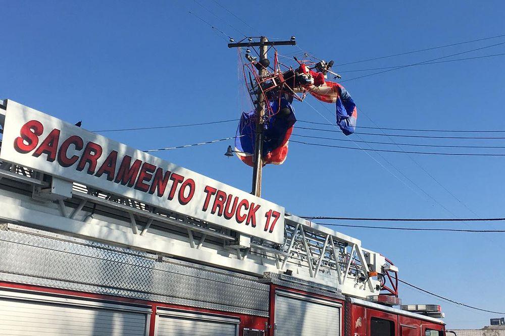 eorang pria dengan kostum Sinterklas nyangkut di tiang listrik setelah lepas landas di dekat sekolah di Rio Linda,California sekitar pukul 11 pagi waktu setempat. AP/