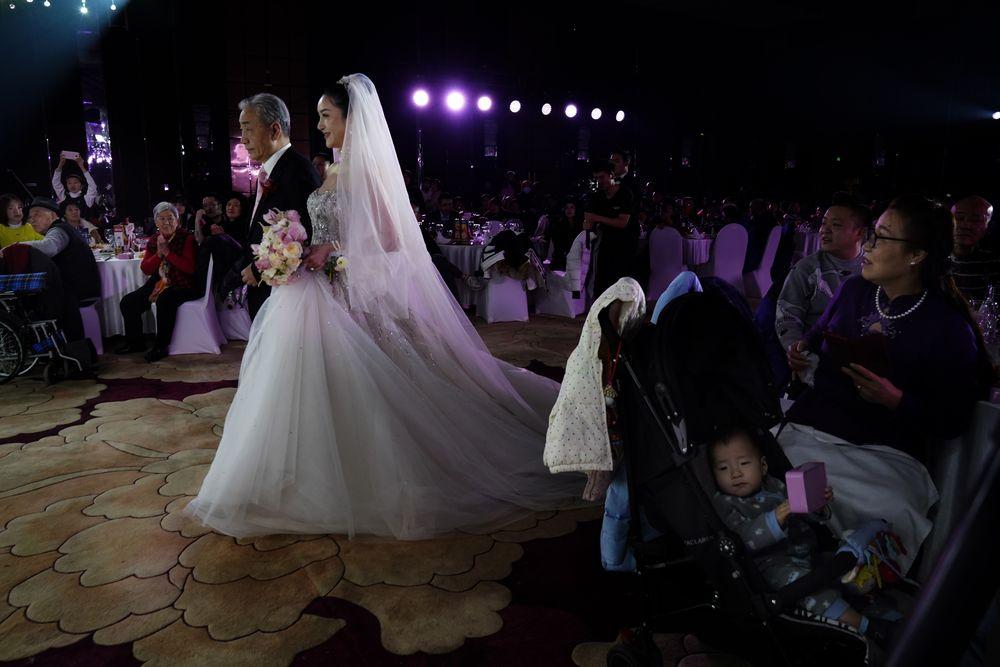 Pernikahan kembali digelar di Beijing, China. Hal ini menjadi tanda industri pernikahan yang kembali normal. (AP/Ng Han Guan)