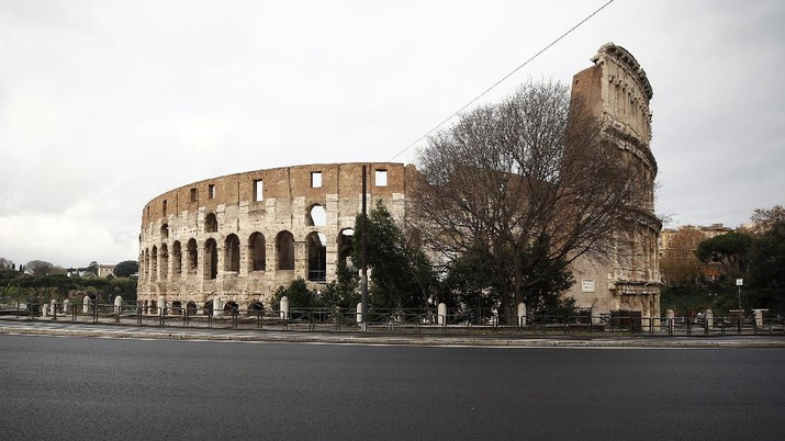 The area around the Colosseum looks deserted, in Rome, Thursday, Dec. 24, 2020. Italy went into a modified nationwide lockdown Thursday for the Christmas and New Year period, with restrictions on personal movement and commercial activity similar to the 10 weeks of hard lockdown Italy imposed from March to May when the country became the epicenter of the outbreak in Europe. (Cecilia Fabiano/LaPresse via AP)