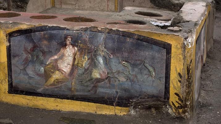 Bar berusia lebih dari 2.000 tahun ditemukan di Pompeii, Italia. Bar dalam keadaan terawat, meski tertutup abu vulkanik bekas letusan gunung api tahun 79 masehi. (AP/Luigi Spina)