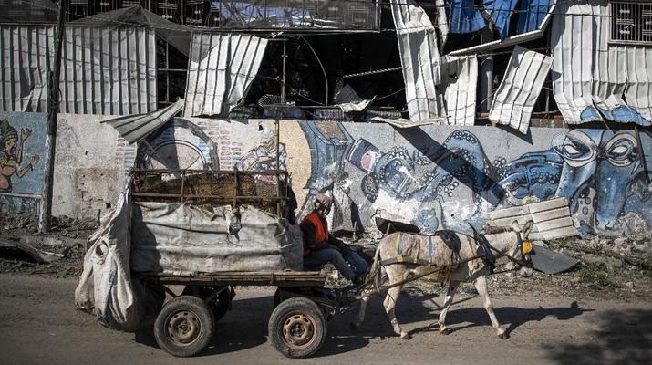 Israel menyerang sejumlah lokasi di Gaza setelah gerilyawan Palestina menembakkan roket. (AP/Khalil Hamra)