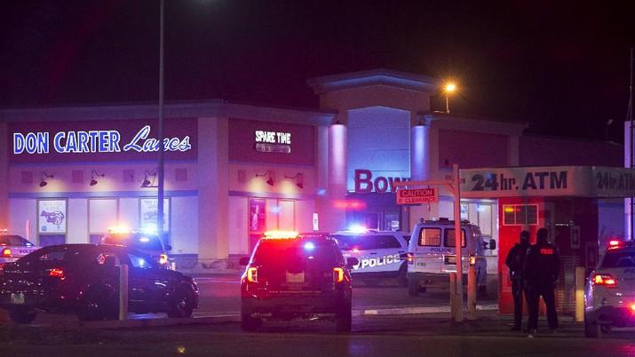 Sebanyak tiga orang tewas dan tiga lainnya terluka dalam penembakan yang menargetkan ke sebuah arena boling di Illinois, AS. (AP/Scott P. Yates)