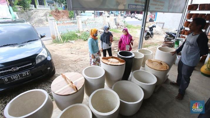 Perajin Pot Gerabah. (CNBC Indonesia/ Muhammad Sabki)