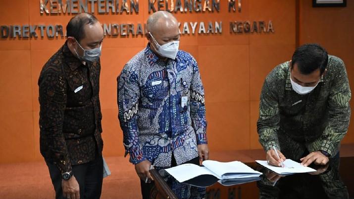PT Krakatau Steel (Persero) Tbk hari ini menandatangani Perjanjian Penerbitan Obligasi Wajib Konversi (OWK) sehubungan Investasi Pemerintah Dalam Rangka Program Pemulihan Ekonomi Nasional (PEN) dengan PT Sarana Multi Infrastruktur (Persero) (PT SMI) selaku pelaksana investasi. Dok: Istimewa