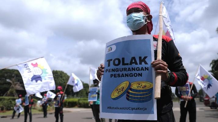 Aksi demo menolak Omnibus Law Undang-undang Cipta Kerja di Monas. (CNBC Indonesia/Muhammad Sabki)