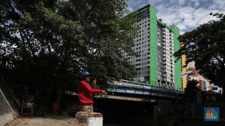 Ilustrasi warga kolong jembatan kali Ciliwung. (CNBC Indonesia/Muhammad Sabki)