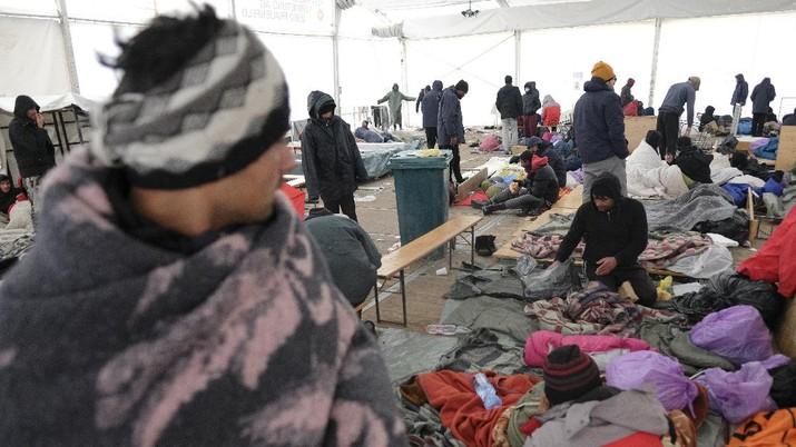 Ratusan pengungsi terdampar di kamp pengungsian tanpa atap di kamp Lipa, Bosnia dan Herzegovina . (AP/Kemal Softic)