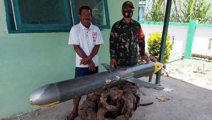 Sebuah benda asing mirip rudal dan terpasang kamera ditemukan oleh seorang nelayan di laut Kepulauan Selayar, Sulsel. Benda itu kini sudah diamankan pihak TNI. (Dok: Istimewa )