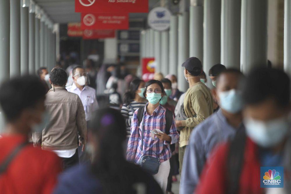 Penumpang kereta api stasiun pasar senen. (CNBC Indonesia/Muhammad Sabki)