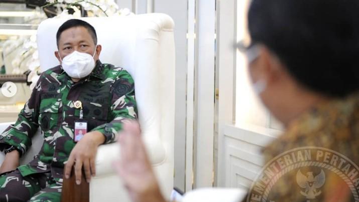 Sekretaris Jenderal Kementerian Pertahanan (Sekjen Kemhan) Marsdya TNI Donny Ermawan Taufanto, M.D.S., menerima kunjungan Dirut PT Dahana (Persero) Budi Antono, Selasa (29/12), di Kemhan, Jakarta. (Dok: @kemhanri)