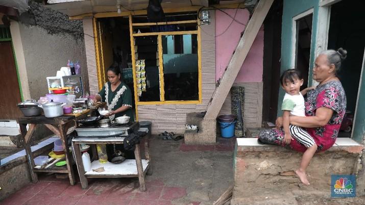 Waspada covid-19 di pemukiman padat penduduk. (CNBC Indonesia/Muhammad Sabki)