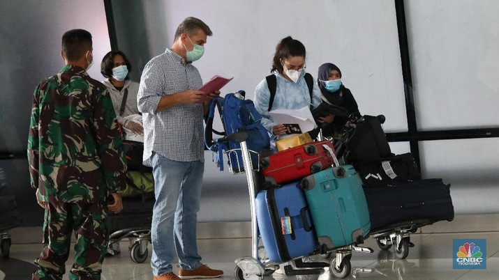 WNI dan WNA yang baru tiba dibandara soekarno hatta, Tangerang, Banten, Rabu (30/12/2020). Menjelang pergantian tahun, para penumpang penerbangan international yang tiba di bandara Soekarno Hatta diwajibkan untuk menjalani karantina selama minimal 5 hari. (CNBC Indonesia/Andrean Kristianto)