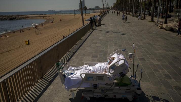 Francisco Espana (60) melihat ke laut Mediterania dari kawasan pejalan kaki di samping