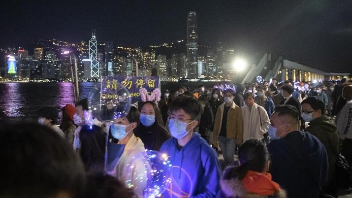 Suasana malam tahun baru di pelabuhan Victoria, Hong kong, Jumat (1/1/2021). (AP/Kin Cheung)