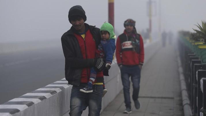 India dilanda kabut tebal dan gelombang dingin di awal tahun 2021. (AP/Altaf Qadri)