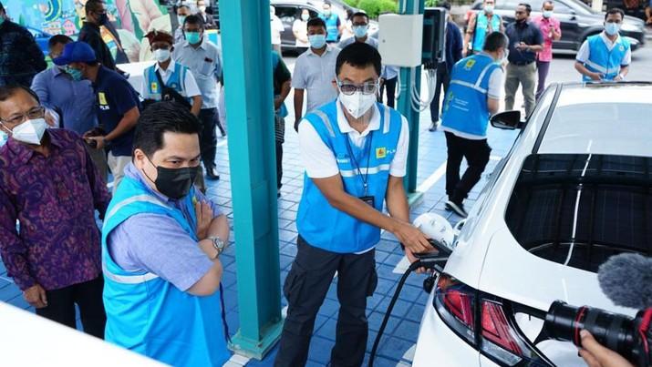 Menteri BUMN Erick Thohir melakukan pengecekan sejumlah fasilitas stasiun pengisian mobil listrik (charging station). (Dok: PLN)