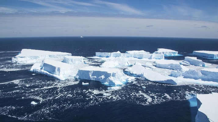 In this recent handout photo provided by the Ministry of Defense on Wednesday, Dec. 23, 2020 fragments break off from one of the largest recorded icebergs, called the A68a, floating near the island of South Georgia in the South Atlantic. (Corporal Phil Dye/Ministry of Defence via AP)