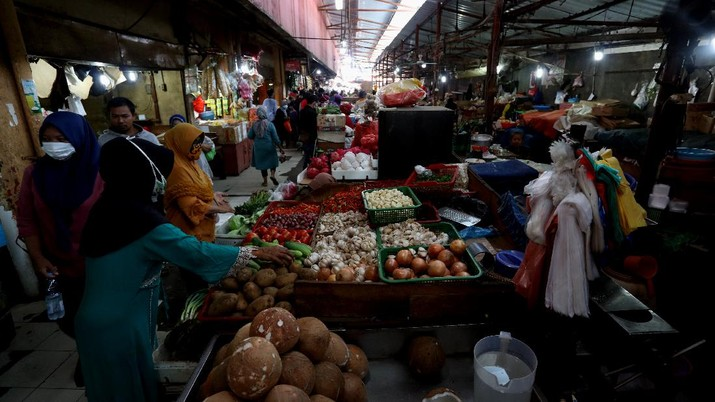 Sejumalah warga berbelanja di pasar Kebayoran Lama, Jakarta, Senin (4/1/2021). BPS melaporkan inflansi Desember sebesar 0,45% dibanding bulan sebelumnya (month -to-month)/MtM) sementara inflansi tahun kalender yang otomatis menjadi inflansi tahunan (year-on-year/YoY) tercatat 1,68%. (CNBC Indonesia/Tri Susilo)  Konsensur pasar yang dihimpun CNBC Indonesia memperkirakan inflansi Desember 2020 akan sebesar 0,405% MtM dan 1,68% YoY.