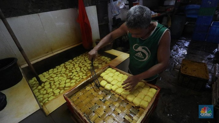 Pekerja beraktivitas di Rumah Produksi Tahu di kawasan Lebak Bulus, Jakarta, Senin (4/1/2021). Produksi tahu di lokasi ini kembali dilanjutkan setelah beberapa hari belakangan mogok akibat naiknya harga kedelai yang mencapai Rp9.200 per kilogram dari harga normal Rp72.00 per kilogram. (CNBC Indonesia/Andrean Kristianto)