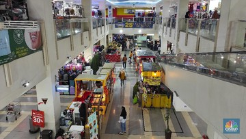 pengunjung memlih pakaian yang dijual di salah satu pusat perbelanjaam di kawasan depok jawa barat selasa 512021 badan pusat s 169