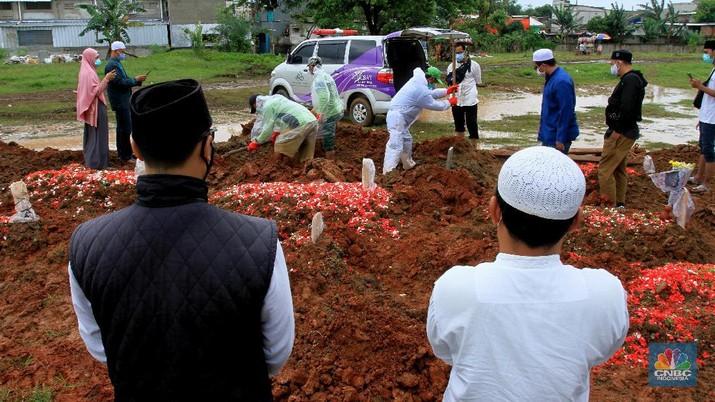 Suasana pemakaman di Tegal Alur, Jakarta, Selasa (5/1/2021). Penggalian lubang untuk korban meninggal Covid-19 di tempat Pemakaman Umum Tegal Alur, Kalideres, Jakarta Barat, hingga saat ini mencapai 60 lebih liang per hari. (CNBC Indonesia/Tri Susilo)