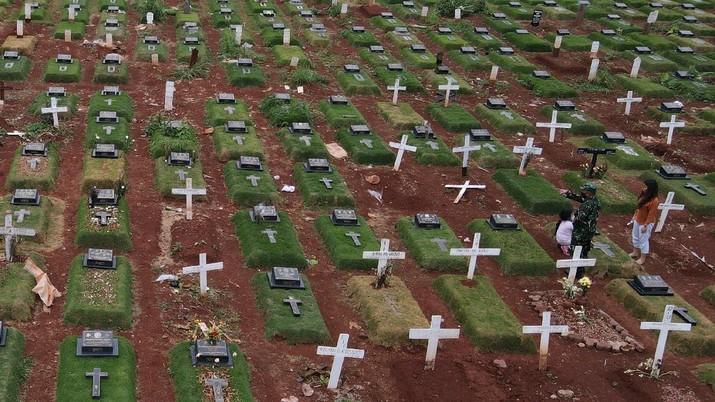 Suasana pemakaman TPU Pondok Ranggon, di Jakarta, Selasa (5/1/2021).  (CNBC Indonesia/ Andrean Kristianto)