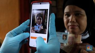 petugas pos indonesia menyalurkankan bantuan sosial bansos ke pemukiman di wilayah kenari jakarta pusat rabu 612021 pemerintah 169