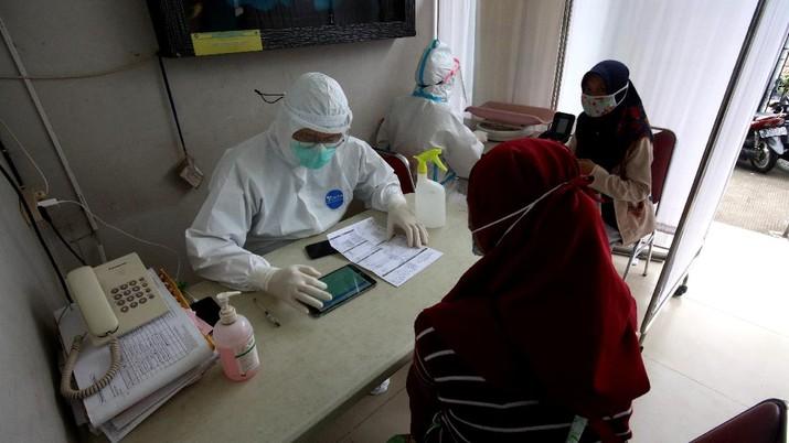 Suasana Puskesmas Pesanggrahan di Jakarta, Kamis (7/1/2021). Jelang kedatangan Vaksin yang diperuntukan masyarakat disaat pandemi Covid19, sejumlah puskesmas seperti di pesanggrahan masih melakukan aktifitas normal seperti biasa, menerima kedatangan pasien, melakukan test swab. (CNBC Indonesia/Tri Susilo)