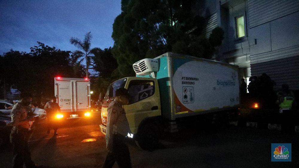 Mobil truk biofarma yang membawa vaksin Covid-19 tiba di Dinas Kesehatan (Dinkes), Jakarta, Kamis (9/1/2021). Vaksin tersebut di bawa dari Bio Farma Bandung untuk disimpan di gudang Dinkes DKI Jakarta. (CNBC Indonesia/Andrean Kristianto)