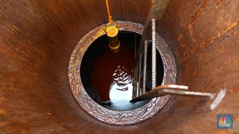 Bongkar Muat Minyak Crude Palm Oil (CPO) (CNBC Indonesia/Tri Susilo)