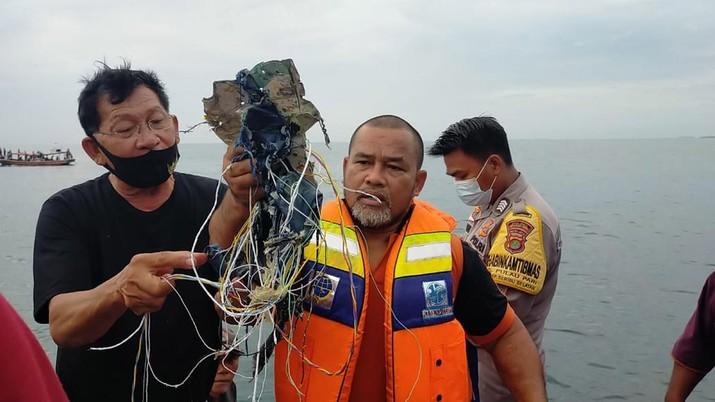 Sejumlah benda jatuh di laut sekitar perairan pulau lancang dan pulau laki  (Ist Basarnas)