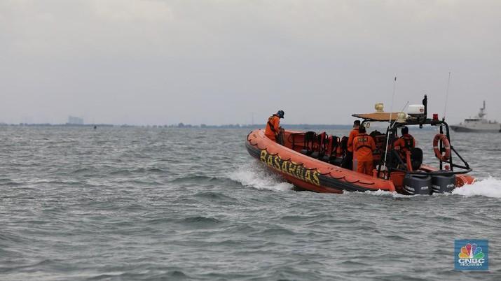 Anak Buah Kapal (ABK) KN Trisula melakukan pencarian dari kecelakaan pesawat Sriwijaya Air SJ-182 di perairan antara Pulau Lancang dan Pulau Laki, Kepulauan Seribu, Jakarra, Minggu (10/1/2021).