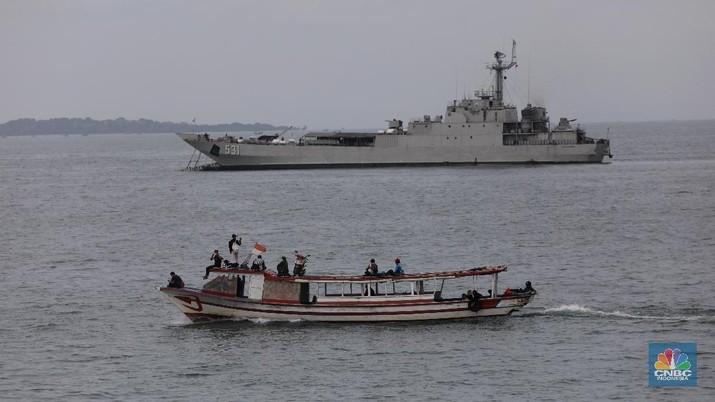 Anak Buah Kapal (ABK) KN Trisula melakukan pencarian dari kecelakaan pesawat Sriwijaya Air SJ-182 di perairan antara Pulau Lancang dan Pulau Laki, Kepulauan Seribu, Jakarra, Minggu (10/1/2021). (CNBC Indonesia/Andrean Kristianto)