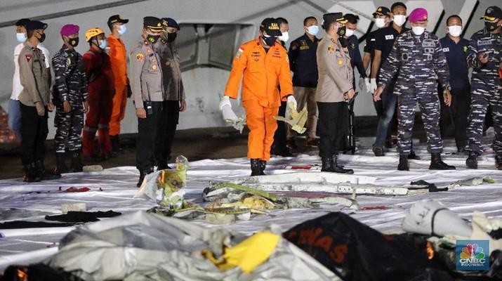 Tim Sar membawa temuan sebagian pesawat dari air selama operasi pencarian jet penumpang Sriwijaya Air yang jatuh ke laut dekat Jakarta, Indonesia, Minggu, 10 Januari 2021.