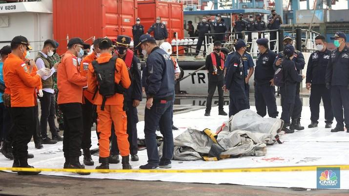 Petugas SAR memeriksa temuan tangga darurat dari kecelakaan pesawat Sriwijaya pesawat Sriwijaya Air SJ-182 di wilayah Kepulauan Seribu, Jakarta, Minggu (10/1/2021).  (CNBC Indonesia/Andrean Kristianto)