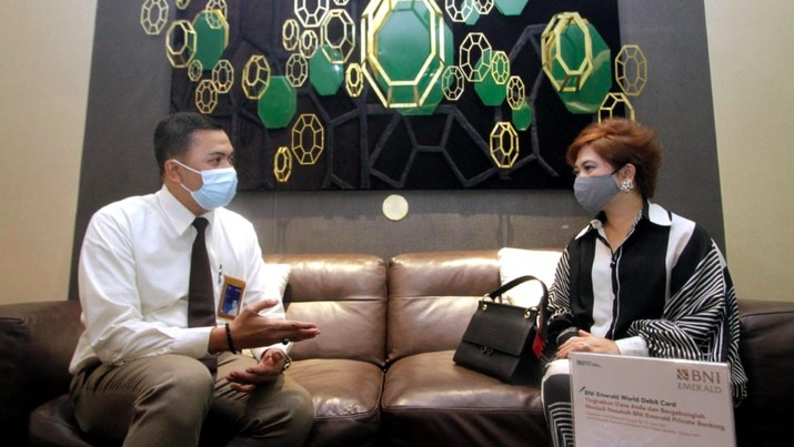 Relationship Manager sedang berbincang-bincang dengan Nasabah BNI Emerald di BNI Emerald Lounge, Jakarta belum lama ini./Dok BNI